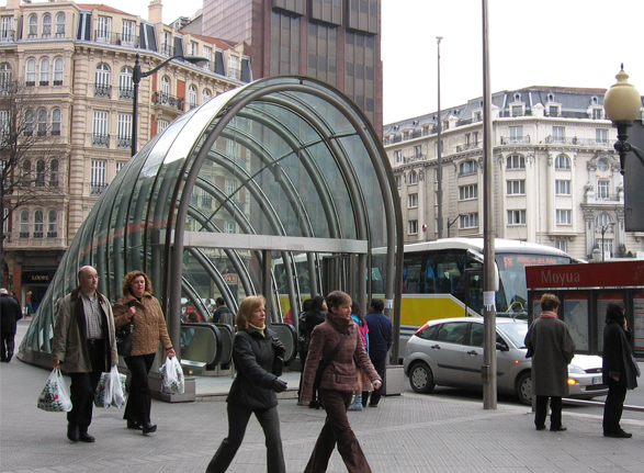imagen de salida del metro de Barcelona