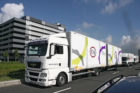 imagen del logo de c&a en un camion, imagen de marca publicidad