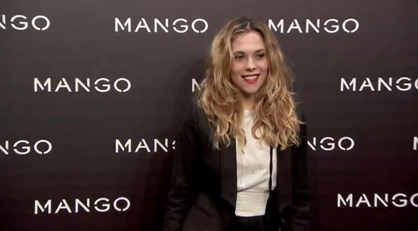 imagen de modelo con el logotipo de mango publicidad en pared