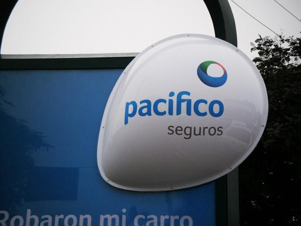 publicidad pacifico seguros en parada de bus en Perú