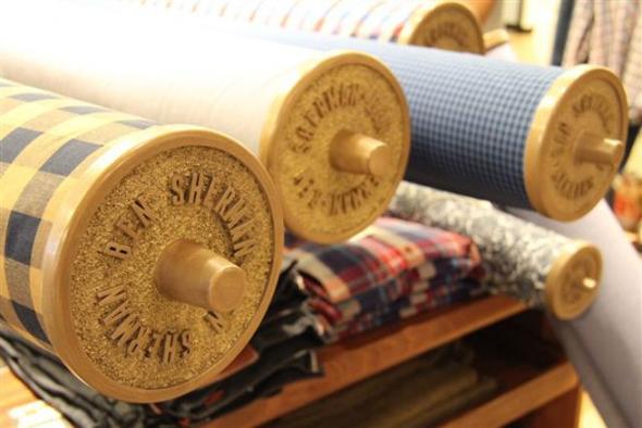 imagen de rollos de tela en una tienda de Ben Sherman
