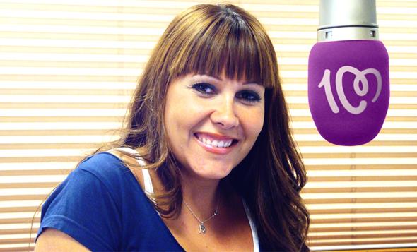 imagen de una presentadora de cadena 100 con el microfono donde se ve el logo de la marca