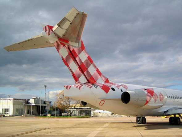 imagen trasera de avion volotea en aeropuerto