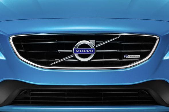 Frontal de un coche volvo azul con la nueva imagen corporativa de Volvo V40