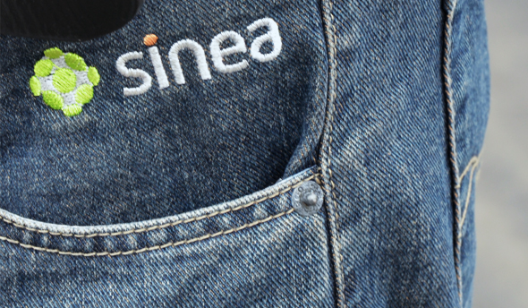 branding de la marca Sinea en un pantalón vaquero