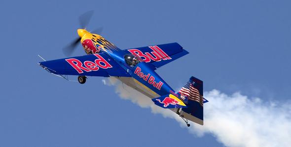 imagen de un una avioneta con la marca redbull