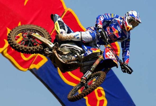 imagen de una moto con la publicidad de Redbull