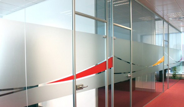 diseño y colores corporativos en las puertas de la oficina de pertep