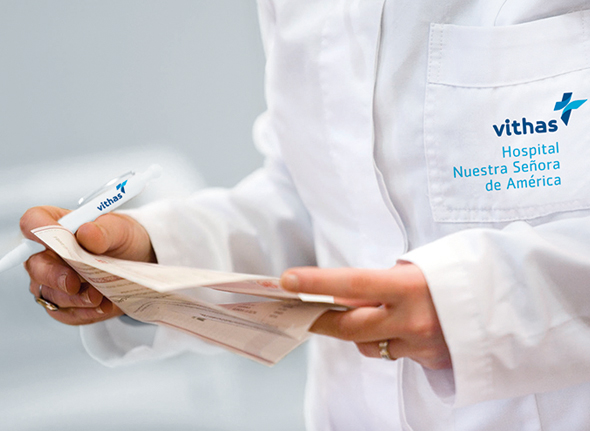 imagen de bata blanca con publicidad grupo Vithas