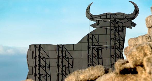 Estructura de vaya metálica del Toro de Osborne en una carretera
