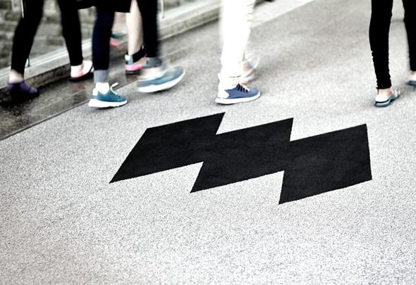 logo del museo de la civilizacion de Quebec en una alfombra